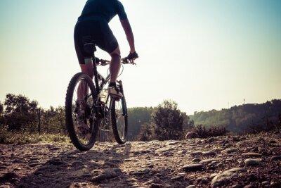 Фотообои Человек ехал на грязной дороге на горном велосипеде