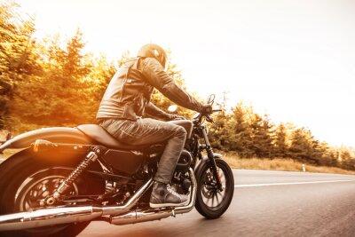 Фотообои Человек сиденье на мотоцикле на лесной дороге.