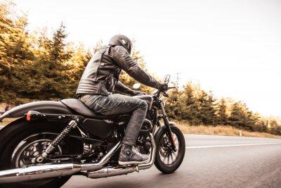 Фотообои Человек место на мотоцикле по дороге в лес.
