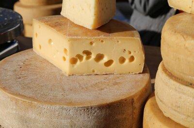 Фотообои зрелый сыр с отверстиями для продажи на рынке