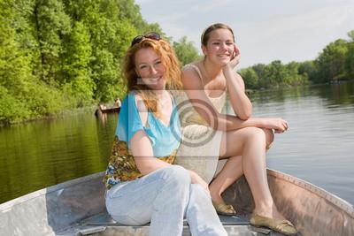 а в лодке та девочка и мама