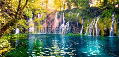 Фотообои Последний солнечный свет освещает водопад чистой воды в Национальном парке Плитвиц. Красочная весенняя панорама зеленого леса с голубым озером. Великолепный вид на сельскую местность Хорватия, Европа.