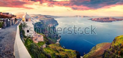 Фотообои Солнечная утренняя панорама острова Санторини. Живописный весенний восход солнца на знаменитом греческом курорте Фира, Греция, Европа. Концепция путешествия концепции. Художественный стиль пост обрабо