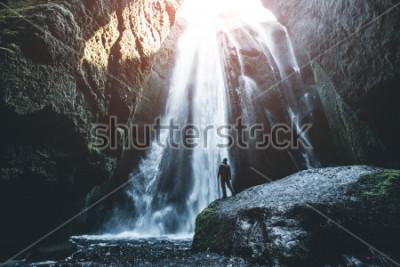 Фотообои Прекрасный вид знаменитого мощного каскада Глюфрабюи. Место падения Seljalandsfoss, Исландия, Европа. Живописный образ популярной туристической привлекательности. Концепция путешествия. Откройте для с