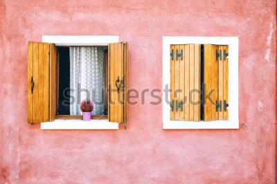 Фотообои Красивый красочный фасад дома на острове Бурано, север Италии. Красные два окна с деревянными ставнями