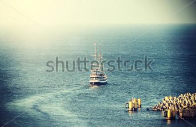 Фотообои Винтажное изображение старого парусного судна покидая порт.