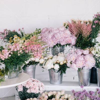 Фотообои Цветы в вазах и ведрах. Цветочный магазин.