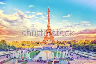 Фотообои Эйфелева башня и фонтан в саду Трокадеро, Париж, Франция. Путешествие фон с фильтром ретро Винтаж Instagram