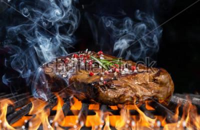 Фотообои Стейк из говядины на гриле с черным фоном