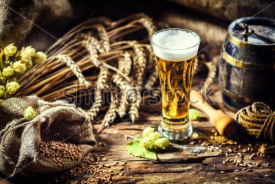 Фотообои Стакан свежего холодного пива в деревенской обстановке. Фон еды и напитков