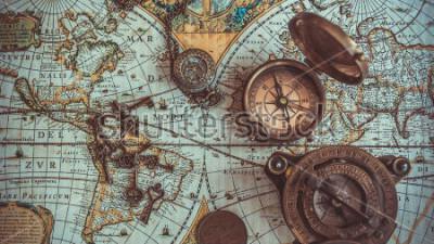 Фотообои Коллекции антикварных пиратских редких предметов, в том числе латунным карманным компасом с крышкой, бронзовой монетой на карте ант.