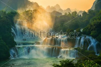 Фотообои Бангиок - Водопад Детан находится на границе Китая и Вьетнама. Это знаменитый водопад. Рядом с водопадом есть туристический катер.