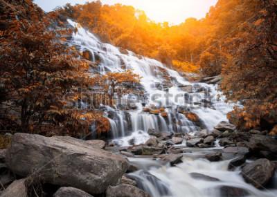 Фотообои Водопад Mae Yah, красивый водопад в осеннем лесу, провинция Чианг Май, Таиланд