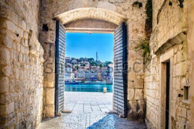 Фотообои Взгляд на город в старом среднеземноморском городе Трогир, Хорватия Европа. Городские ворота Трогира. Выборочный фокус.