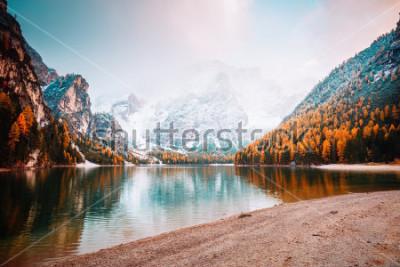 Фотообои Живописное изображение высокогорного озера Браиес (Pragser Wildsee). Место расположения Доломитового национального парка Fanes-Sennes-Braies, Италия, Европа. Отличная картина дикой природы. Исследуйте