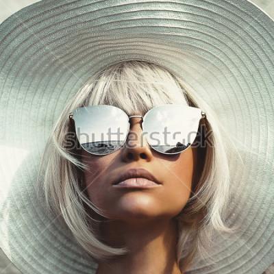Фотообои Внешнее фото моды молодой красивой дамы в шляпе и солнечных очках. Летний пляжный отдых. Летние флюиды