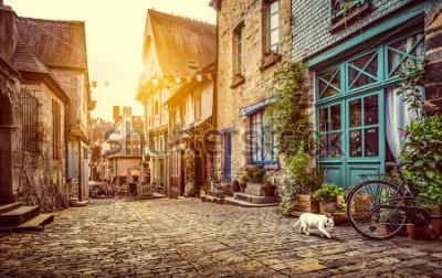 Фотообои Панорамный вид на старый город в Европе в красивом вечернем свете на закате с ретро винтажным стилем Instagram в стиле гранж в пастельных тонах с эффектом солнечного света бликов летом