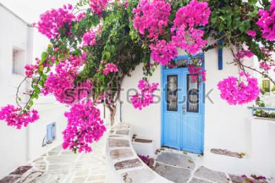 Фотообои Традиционный греческий дом с цветами на острове Парос, Греция