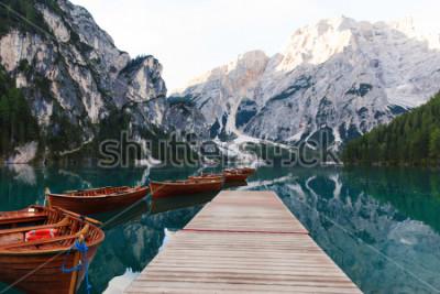 Фотообои Красивый пейзаж озера Браиес (Lago di Braies), романтическое место с деревянным мостом и лодками на альпийском озере, Альпах, Доломитах, Италии, Европе