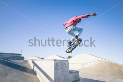 Фотообои Скейтбордист делает трюк в скейт-парке
