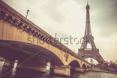 Фотообои Эйфелева башня и мост Йены в пасмурный день