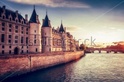 Фотообои Красивый горизонт Парижа, Франции, с консьержем, Pont Neuf на закате. Красочный фон путешествия. Романтический городской пейзаж.