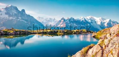 Фотообои Красочная панорама лета озера Lac Blanc с Монбланом (Monte Bianco) на предпосылке, положении Шамони. Красивая внешняя сцена в заповеднике Vallon de Berard, Graian Альпах, Франции, Европе.