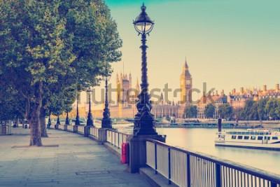 Фотообои Эффект ретро фотофильтра - уличный фонарь на южном берегу Темзы с Биг Беном и Вестминстерским дворцом в фоновом режиме, Лондон, Англия, Великобритания