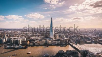 Фотообои Сногсшибательный взгляд панорамы над Рекой Темза, черепком, горизонтом Лондона и городским пейзажем от небоскреба. Аэрофотосъемка большого города.