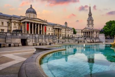 Фотообои Трафальгарская площадь в Лондоне, Англия, с национальной галереей и церковью Святого Мартинга на полях в драматическом свете