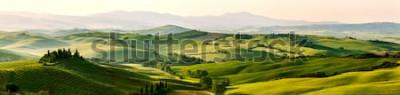Фотообои Красивые и чудесные цвета зеленого весеннего пейзажа панорамы Тосканы, Италия.