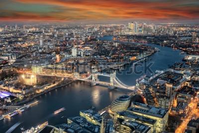 Фотообои Панорамный вид на горизонт Лондона: от Тауэрского моста вдоль реки Темзы до района Кэнэри-Уорф во время заката