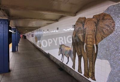 Фотообои НЬЮ-ЙОРК - 6 июля: Люди ждут в Музее станции метро естественной истории 6 июля 2013 года в Нью-Йорке. С 1,67 млрд ежегодных поездок, Нью-Йорк Метро является седьмым по загруженности система метро в ми