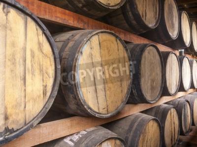 Фотообои Дубовые бочки сложены для хранения алкогольных напитков, таких как вино, виски, ром, и т.д.