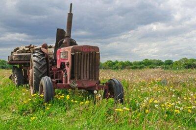Фотообои Старый заброшенный красный трактор на ферме в области