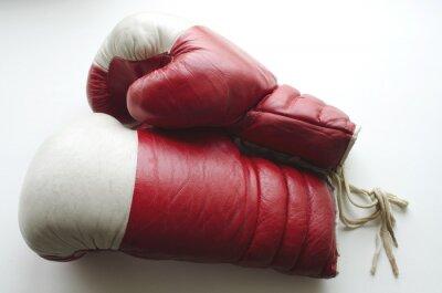 Фотообои старые красные и белые боксерские перчатки на светлом фоне