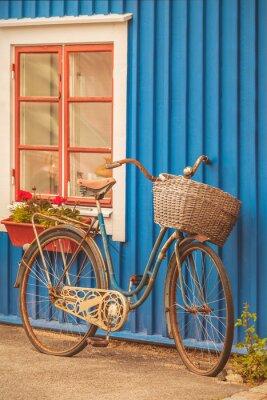 Фотообои Старый ржавый велосипед дама перед шведским домом