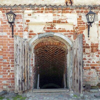 Фотообои Открытые выветренные деревянные двери, ведущие в подземелье старого замка