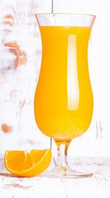 Апельсиновый сок и сегмент оранжевого на белый очищенные доски