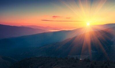 Фотообои Панорамный вид на красочный восход солнца в горах. Отфильтрованного изображения: кросс обработки эффект винтажной.