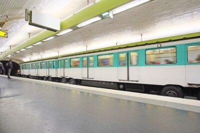 Фотообои Париж, Франция, 12 февраля 2016: поезд метро в Париже, Франция. Метро очень популярный транспорт в Париже