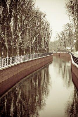 Фотообои Парк с рекой и набережной покрыты снегом