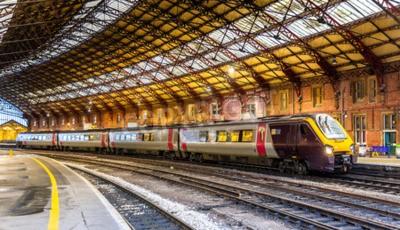 Фотообои Пассажирский поезд в Бристольском храме Мидс, Англия