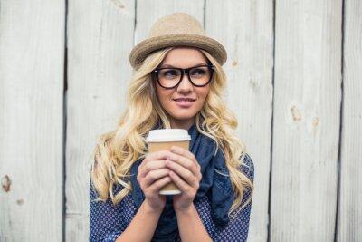 Фотообои Задумчивый модные открытом воздухе блондинка холдинг кофе