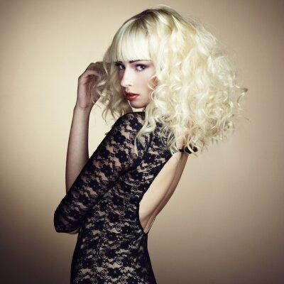Фотообои Портрет красивой молодой блондинки в черном платье
