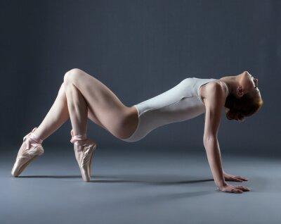 Фотообои Портрет эмоционального танцора пуантах