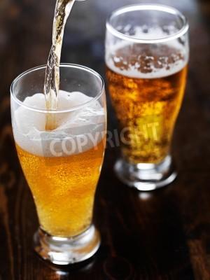 Фотообои разлива пива в высокий кружку на столе шифера
