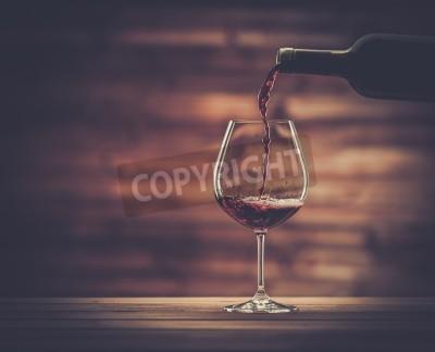 Фотообои Красное вино в стакан с деревянной фоне