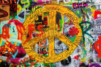 Фотообои Прага, Чешская Республика - 21 мая 2015: знак мира на знаменитой стены Джона Леннона на Кампе в Праге Исландии, наполненный Beatles вдохновили граффити и тексты с 1980 года.