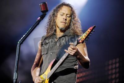 Фотообои ПРАГА, ЧЕШСКАЯ РЕСПУБЛИКА - 7 МАЯ 2012 ГОДА: Гитарист Кирк Хэмметт из Metallica Во время выступления в Праге, Чехия, 7 мая 2012 года.